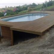 Medence építés domboldalba, napozóterasszal térbe illesztett medence.